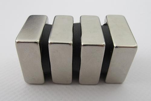 Oddeľovače medzi magnetmi