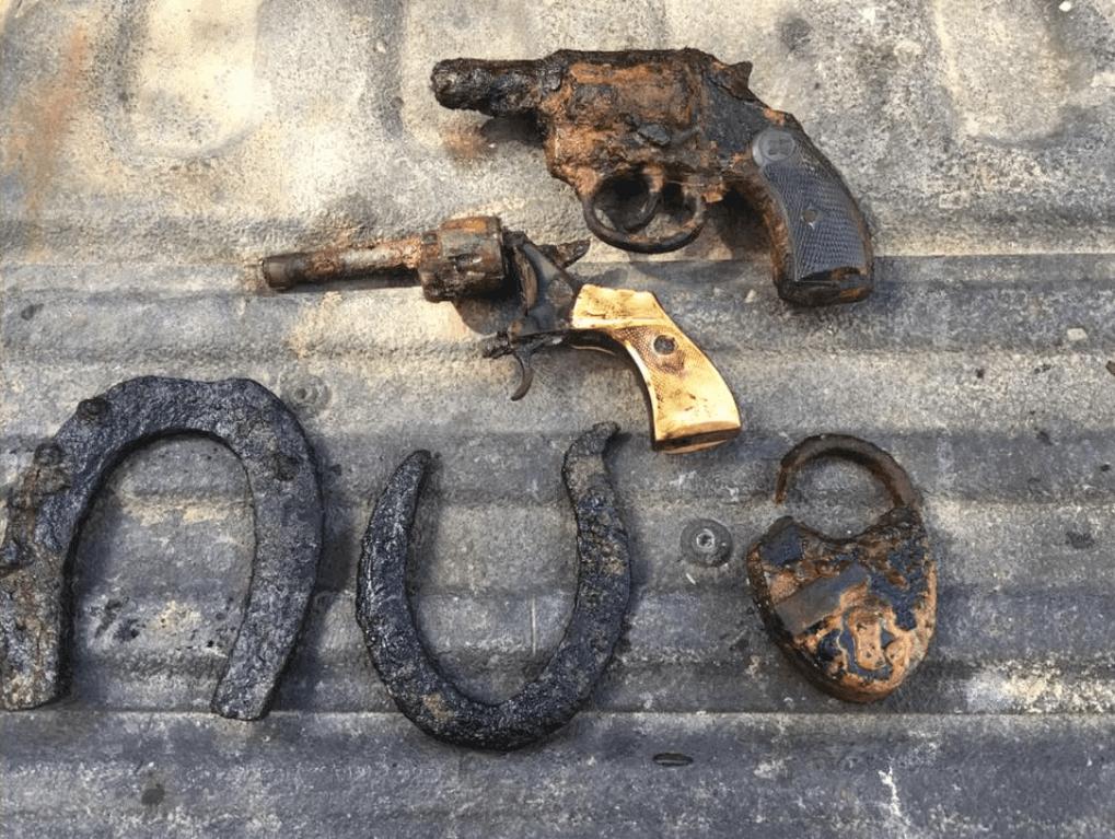 Pištole a podkovy vytiahnuté magnetom z rieky