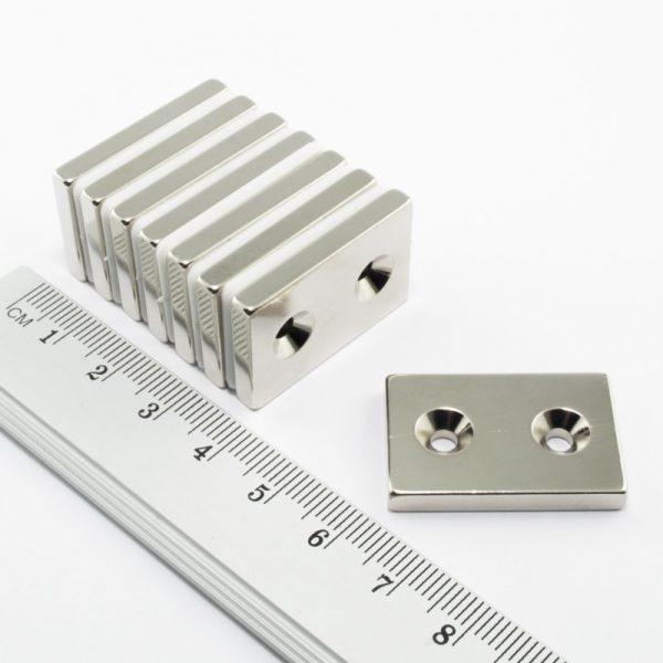 Neodymový magnet kvádr 30x20x4 mm s 2 dírami (jižní pól na straně s prohlubněmi) - N38