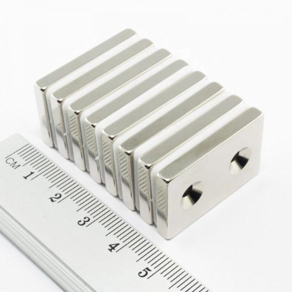 Neodymový magnet kvádr 30x20x4 mm s 2 dírami (severní pól na straně s prohlubněmi) - N38