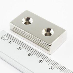 Neodymový magnet kvádr 40x20x10 mm s 2 dírami (jižní pól na straně s prohlubněmi) - N38